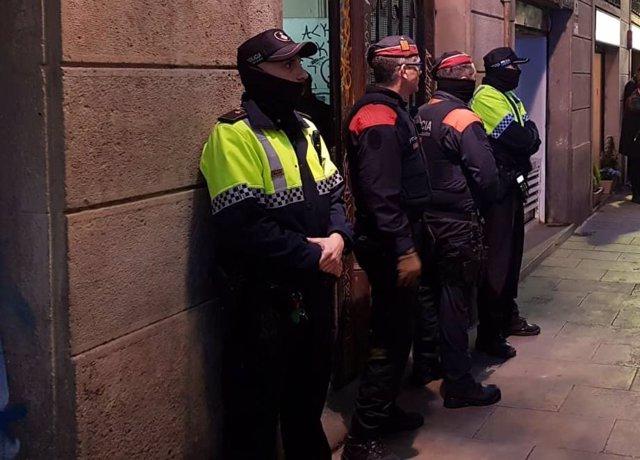 Operació dels Mossos d'Esquadra i la Guàrdia Urbana de Barcelona per desmantellar un punt de venda de droga en un pis del barri Gòtic
