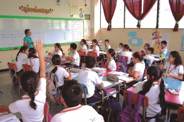 Niños en el colegio de la Fundación Padre Arrupe en El Salvador. Escuela Complejo Padre Arrupe