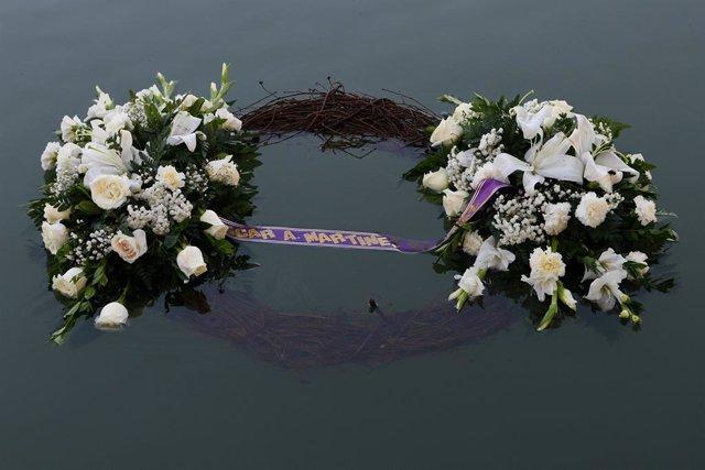 Corona de flores en honor de los fallecidos en Rio Grande
