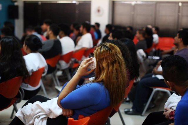 Una salvadoreña deportada por Estados Unidos habla por telefono