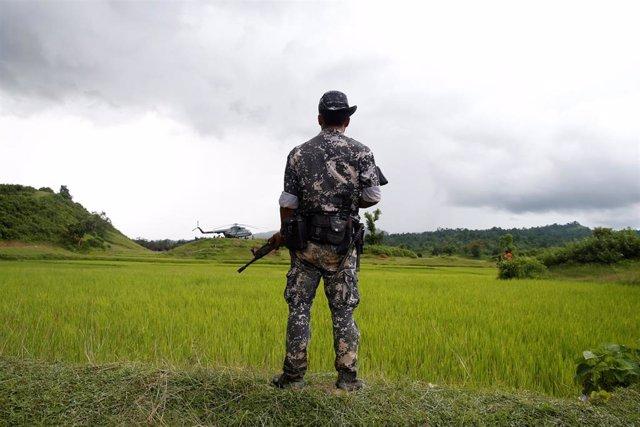 Un soldado del Ejército de Birmania patrulla en el estado de Rajine
