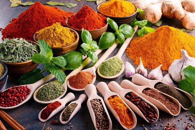 Variedad de especias y condimentos.
