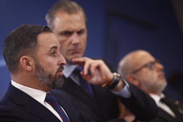 (I-D) el líder de Vox, Santiago Abascal; y el secretario general de Vox, Javier Ortega Smith; y el presidente y portavoz de la AVT (Asociación de Víctimas del Terrorismo) entre 2004 y 2008 y actual senador de Vox en Andalucía, Francisco José Alcaraz, dura