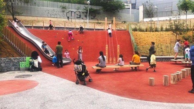 Finalizan las obras en la plaza del Pla de Fornells en Nou Barris (Barcelona), donde se ha instalado un tobogán, un rocódromo y cuerdas suspendidas.