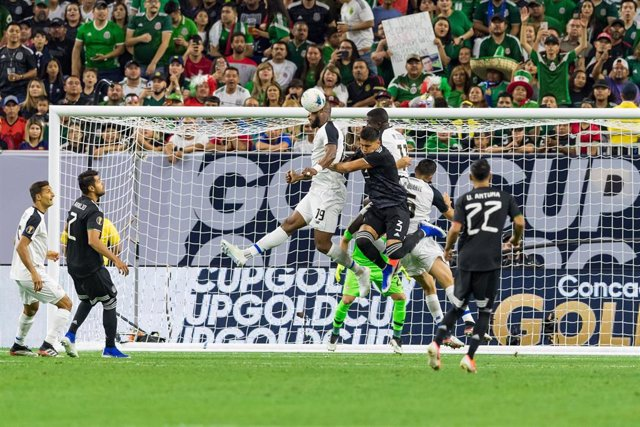 29 June 2019, US, Houston: Costa Rica's Kendall Waston (center, L) and Mexico's Carlos Salcedo (C) contest a header during the 2019 CONCACAF Gold Cup quarter-final soccer match between Mexico and Costa Rica at NRG Stadium. Photo: Maria Lysaker/ZUMA Wire/d