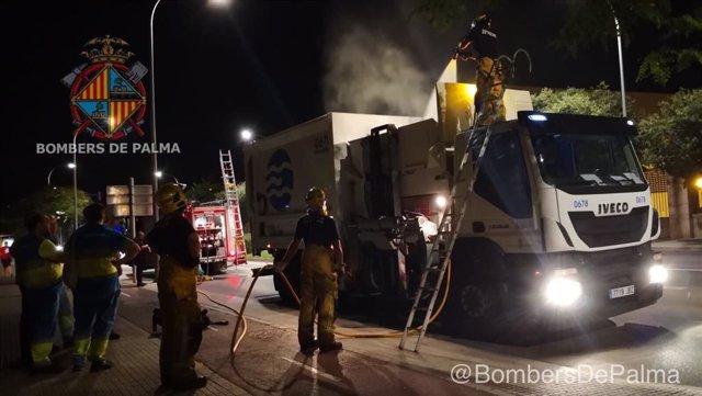 Imatge dels Bombers de Palma sufocant un foc en un camió d'Emaya.