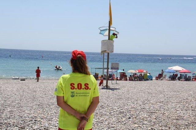 Socorrista en la playa de Almuñécar