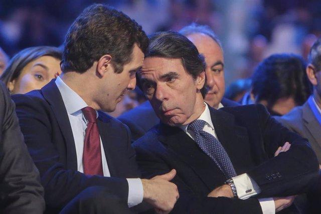 """El ex presidente del Gobierno José María Aznar y el presidente del PP, Pablo Casado, hablan durante la segunda jornada de la Convención Nacional del PP """"España en libertad"""""""