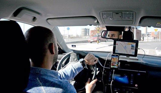 Un conducto al volante de un vehículo