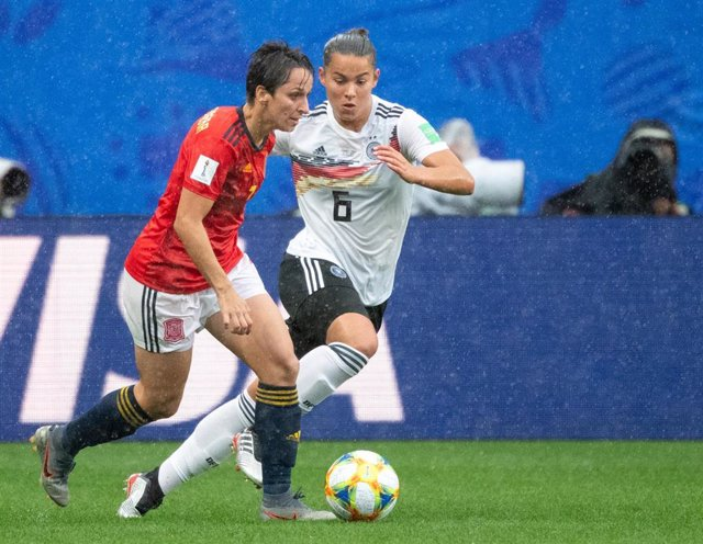 12 June 2019, France, Valenciennes: Germany's Lena Oberdorf (R) and Spain's Marta Corredera battle for the ball during the FIFA Women's World Cup match between Germany and Spain at Stade du Hainaut. Photo: Sebastian Gollnow/dpa