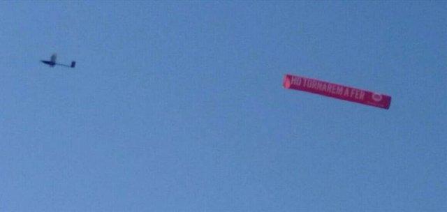 Dron amb pancarta d'mnium Cultural amb el lema 'Ho tornarem a fer'