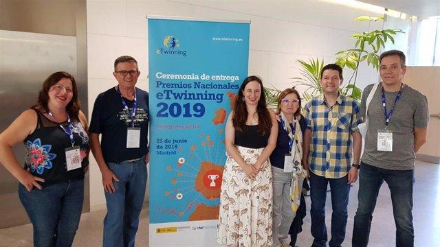 La profesora Lorena Lorente (4d) y el equipo directivo del IES Vicente Medina de Archena, centro ganador de uno de los Premios Nacionales eTwinning.
