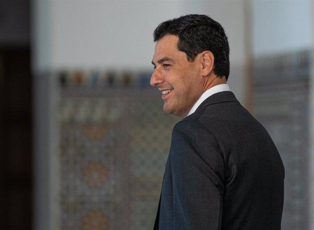 El presidente de la Junta, Juanma Moreno, momentos antes de asistir al pleno. Foto de archivo