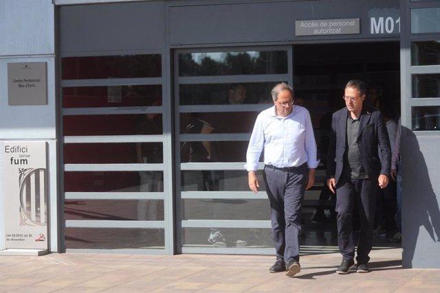 El president de la Generalitat, Quim Torra, sortint de visitar a l'expresidenta Carme Forcadell