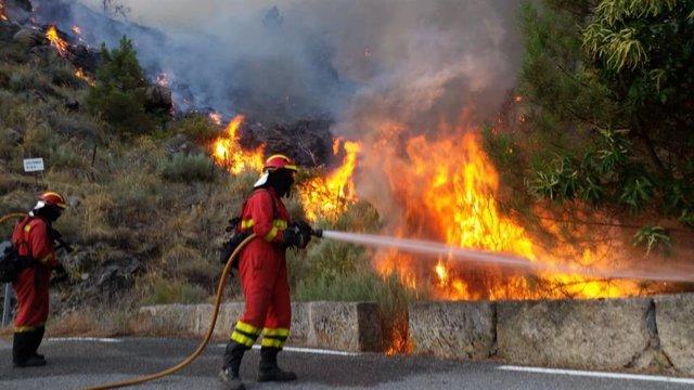 """Incendios.- El alcalde de Pedro Bernardo (Ávila): """"Nos han abandonado, he tenido que ir con el camión a apagar el fuego"""""""