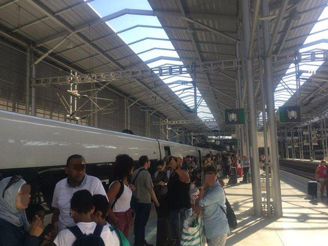 Viaje tren málaga madrid ave pasajeros trasbordo afectados por avería mecánica en la locomotora turistas ciudadanos málaga