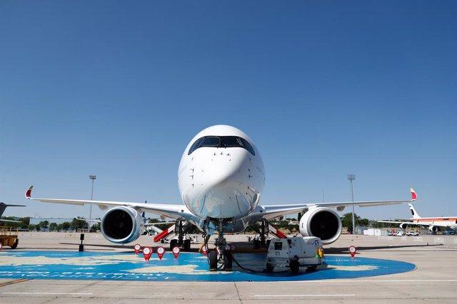 El nuevo avión de Iberia, A350,  bautizado como 'Juan Sebastián Elcano', en honor al marino español, presentado en las instalaciones de la aerolínea, próximas al aeropuerto Madrid-Barajas.