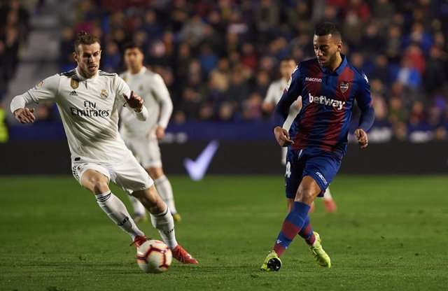 Ruben Vezo of Levante UD and Gareth Bale of Real Madrid during the La Liga match between Levante and Real Madrid at Estadio Ciutat de Valencia on February 24, 2019 in Valencia, Spain.