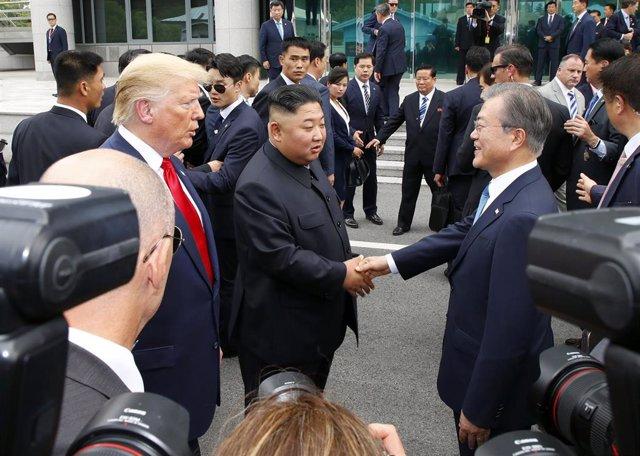 Trump con Kim Jong Un saludando al presidente de Corea del Sur, Moe Jae In