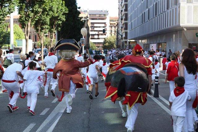 Comparsa de gigantes y cabezudos de Pamplona en Sanfermines.