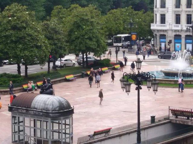 Plaza de la Escandalera, con los bancos con los colores del arco-iris.