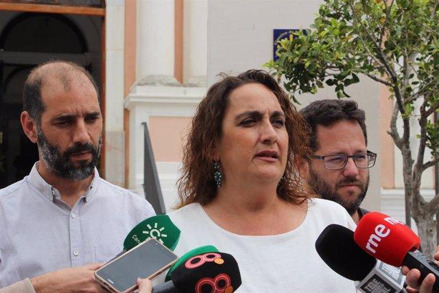 Ángela Aguilera, de Adelante Andalucía atiende a los periodistas