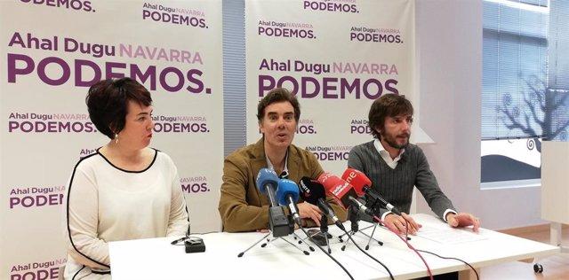 Eduardo Santos (en el centro), secretario general de Podemos Navarra, acompañado de los parlamentarios Ainhoa Aznárez y Mikel Buil