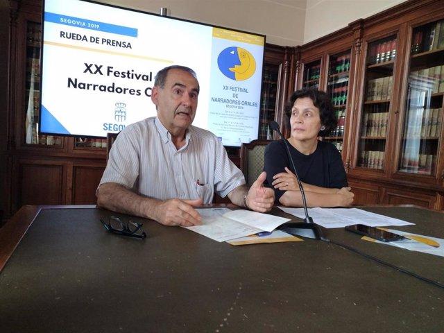El escritor Ignacio Sanz y la concejal de Cultura en funciones, Marifé Santiag,o presentan la XX edición del Festival de Narradores de Segovia.