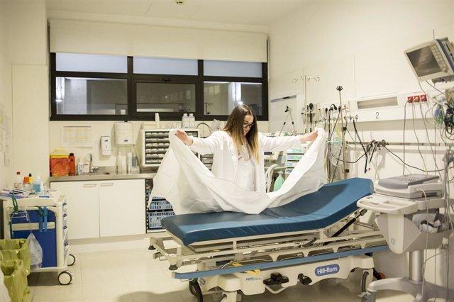 Infermera prepara la sala d'exploració d'urgncies de l'Hospitalet de Mollet per a la propera visita