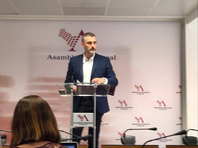El portavoz del Grupo Mixto en la Asamblea Regional y líder de podemos, Óscar Urralburu en la rueda de prensa tras la intervención de López Miras en Debate Investidura