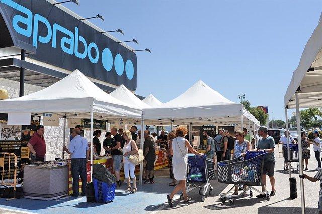 La V fira de proximitat de Caprabo a Altafulla (Tarragona) reuneix 22 petits productors.
