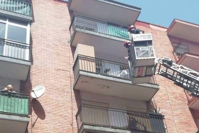 Imagen de la intervención de Bomberos para rescatar el cadáver del perro atado a un balcón en Valladolid.
