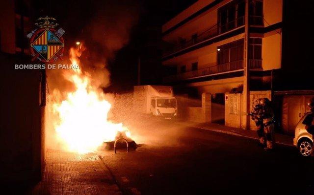 Contenidors cremant a Son Gibert (arxiu)