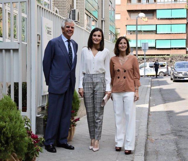 (I-D) El presidente de la AECC, Ignacio Muñoz Pidal, la Reina Letizia y la presidenta de la AECC de Madrid, Laura Ruiz de Galarreta, posan juntos antes de la visita de la Reina a la Asociación Española contra el Cáncer (AECC).