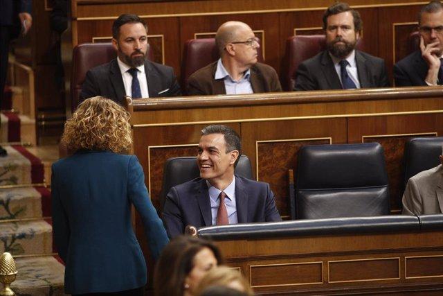 Meritxell Batet y el presidente del Gobierno en funciones, Pedro Sánchez, hablan antes de la sesión constitutiva de la Cámara baja.