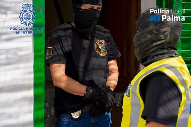 Dos agentes intervienen en la operación 'Iris' contra el tráfico de drogas, que se ha saldado con tres detenidos y ha conseguido desmantelar dos puntos de venta de droga en los barrios de Son Roca y La Vileta