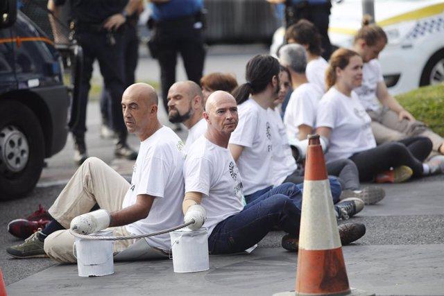 Desallotjats els activistes de Greenpeace que bloquejaven l'accés a Madrid Central