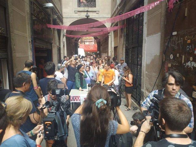 Roda de premsa sobre la situació dels vens del bloc del carrer Hospital, 99 de Barcelona.