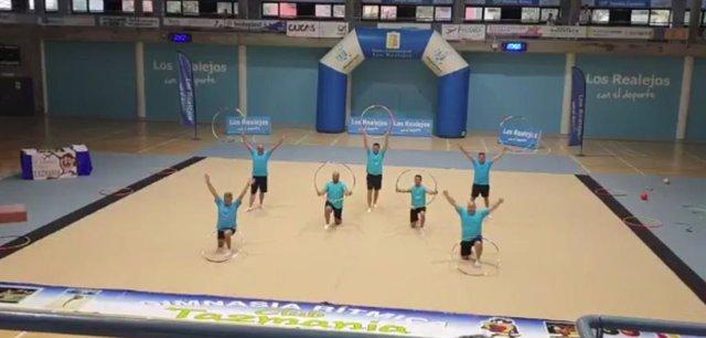 Un grupo de padres hacen un homenaje a sus hijas deportistas con una coreografía