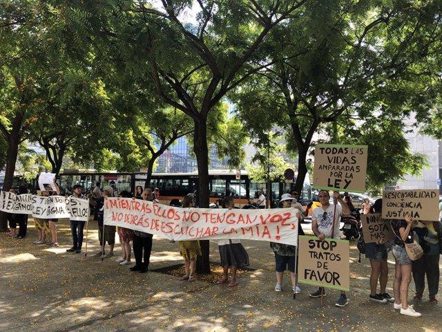 Animalista protesten en la Ciutat de la Justícia per la mort de la gossa Sota