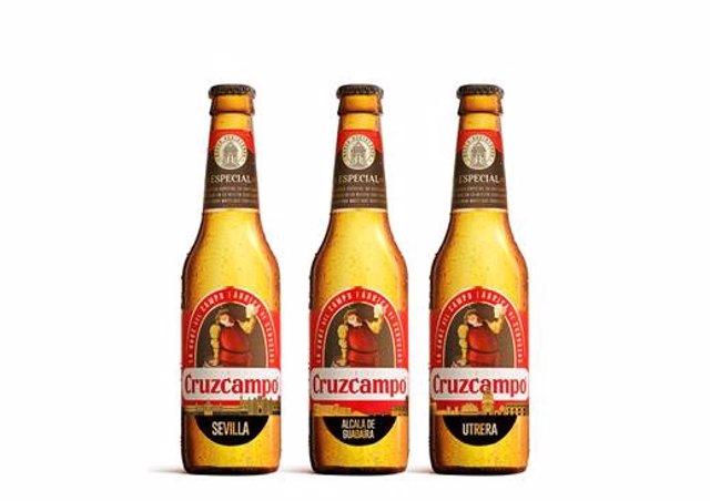 Botellas de Cruzcampo con menciones a municipios andaluces.