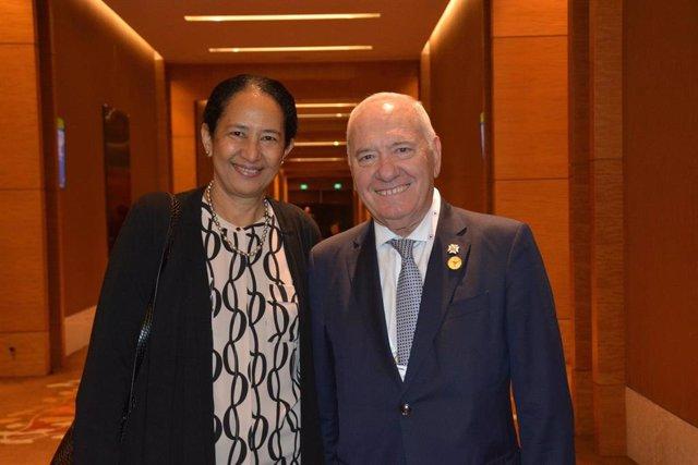 El presidente del Consejo General de Enfermería, Florentino Pérez Raya, y el director general de la Organización Mundial de la Salud, Tedros Adhanom,