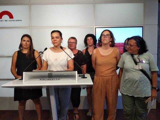 La diputada de la CUP Natlia Snchez al costat de membres de la CUP i de l'entitat Dones Pa'lante