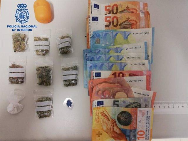 Algunes de les substàncies i diners incautats per la Policia Nacional a dues operacions contra el tràfic de drogues a Palma de Mallorca el passat cap de setmana