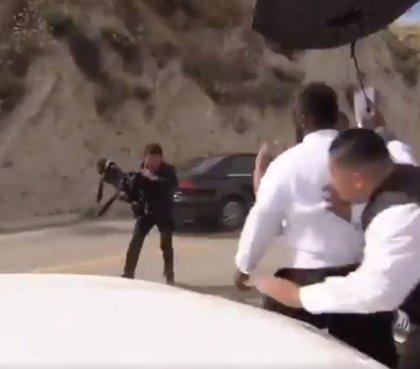 """Graban la brutal agresión a un cámara en la boda de la cantante """"Chiquis"""" Rivera"""