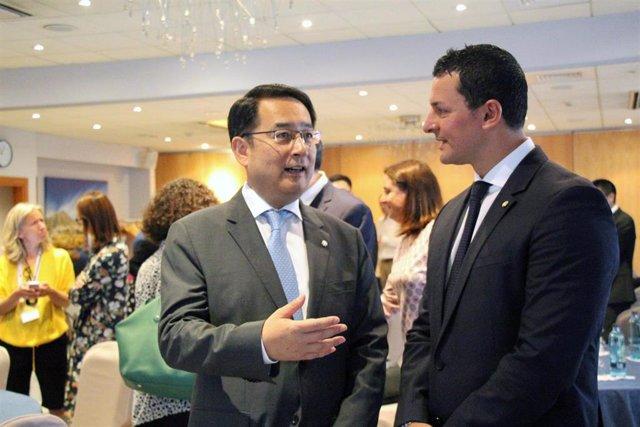El embajador de China en Andorra, Lyu Fan, conversa con el ministro de Presidencia, Economía y Empresa del Gobierno de Andorra, Jordi Gallardo, este lunes durante el encuentro empresarial