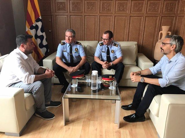Reunió de l'alcalde de Badalona, Álex Pastor, i el segon tinent d'alcalde, Jordi Subirana, amb crrecs dels Mossos