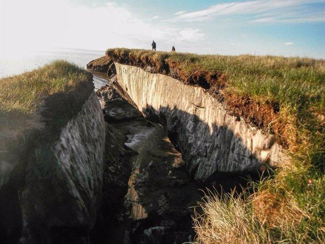 La erosión de la costa revela una capa de permafrost en el lago Teshekpuk, en Alaska