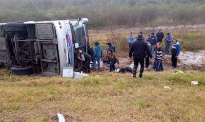 Hasta 15 muertos tras volcar un autobús de jubilados en Argentina