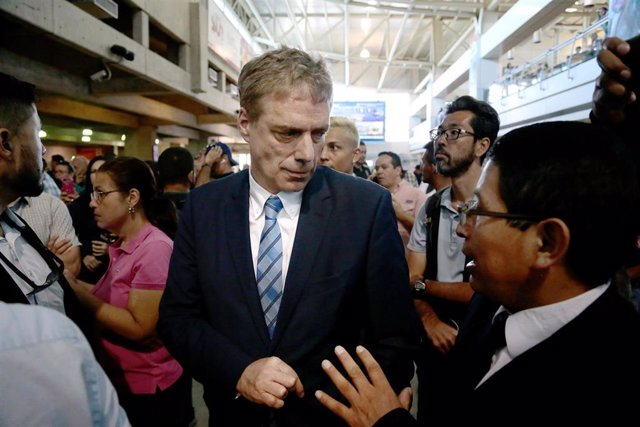 04 March 2019, Venezuela, Maiquetia: Daniel Kriener, Ambassador of Germany in Venezuela, is seen at the Simon Bolivar International Airport upon the arrival of Venezuelan self-proclaimed interim President Juan Guaido, who returned to his country without b